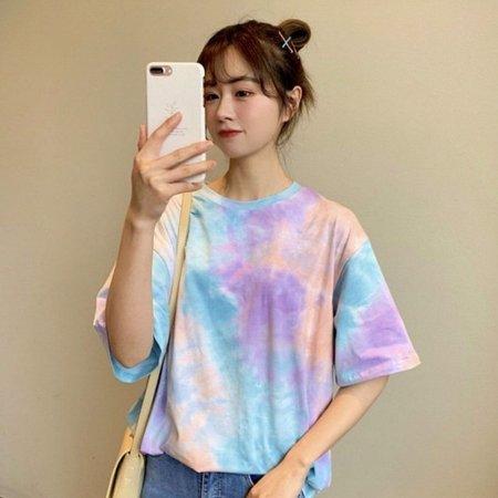 여자 물감 나염으로 컬러감 있는 반팔 티셔츠